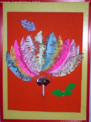 幼儿园墙面设计图片:羽毛手工装饰画